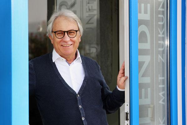 Norbert Ruths 2016 an Firmeneingang